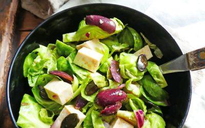 Salade de chou de Bruxelles crus, tofu et olives noires