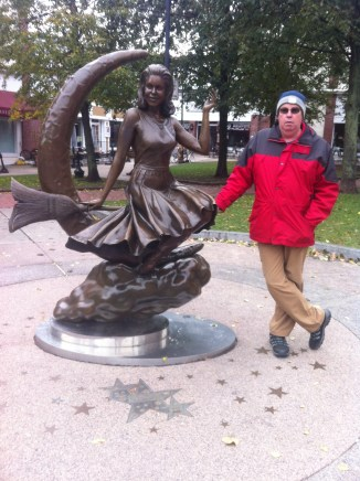 Me and Bewitched statue in Salem