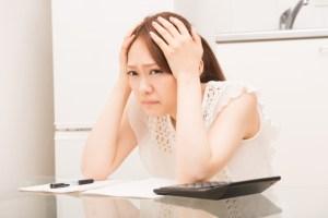 女性 不安 頭を抱える