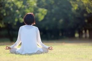 女 ヨガ 瞑想 自分探し