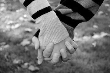 girls_and_boys_holding_hands_photo-109432