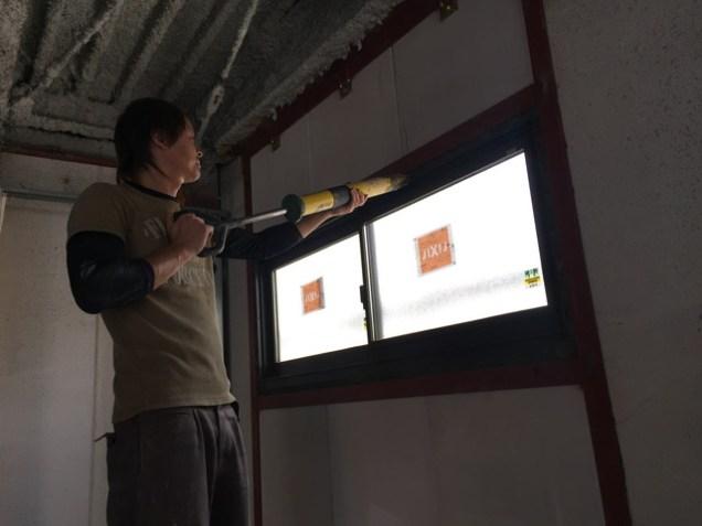 4.新たなサッシと外壁の隙間にモルタルを充填