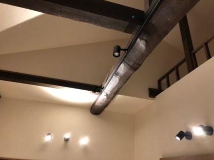 壁や梁にから部屋を照らす