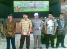 KH. Marzuki Mustamar (tengah) bersama Kepala UPT Pendidikan Dasar Kecamatan Blimbing dan Pengawas Sekolah