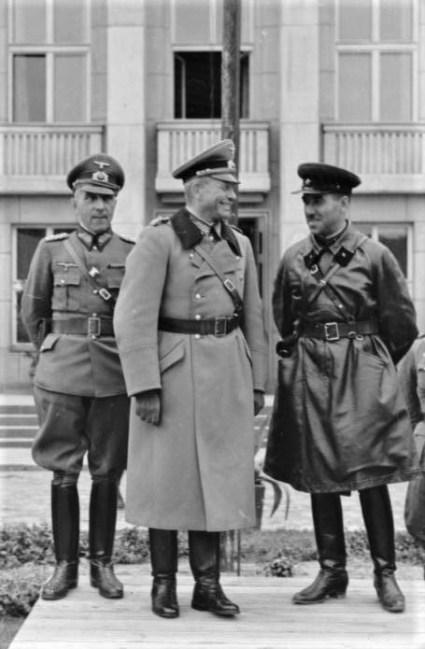 Berömda pansarofficerare tar emot paraden i Brest den 22 september 1939. Fr.v. tyska generalerna von Wiktorin och Guderian samt sovjetiska brigadkommendören Krivoshein.