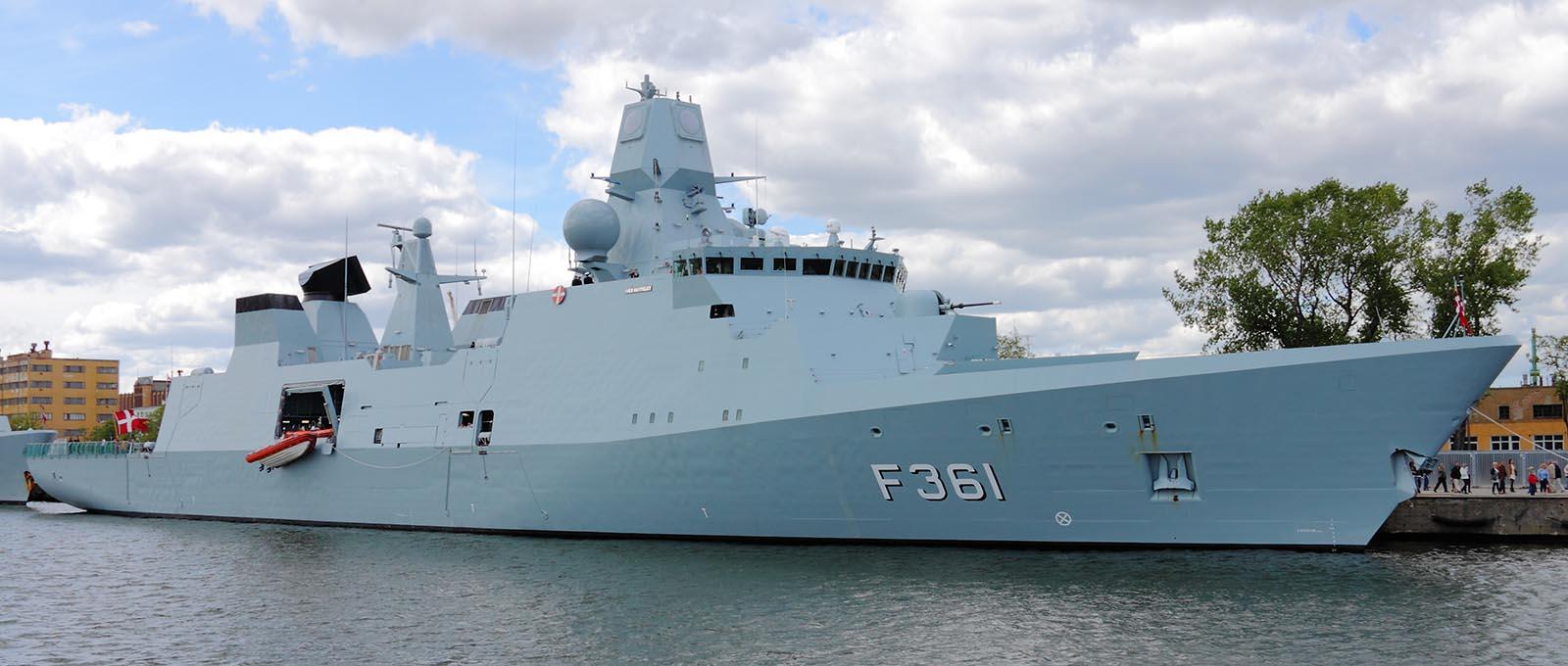 Den danska Huitfeldtklassen har stor mångsidighet och fartygen är intressanta bl a för luftförsvaret av Östersjöinloppen. Foto: Konflikty.pl, Attribution, https://commons.wikimedia.org/w/index.php?curid=19809385.