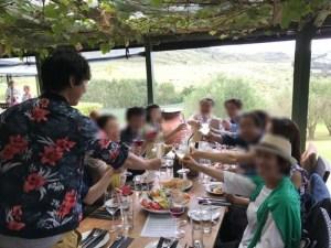 ワイヘキ島のワイナリーにて。美しい風景と食事を満喫!