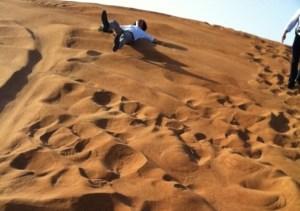 ドバイの砂漠を4WDで爆走&念願の砂漠に倒れこむ!