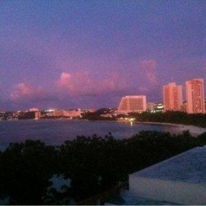 窓から見える夕日