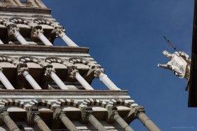 Glockenturm und Statue des Doms in Pistoia