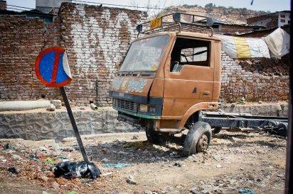 This is India: Totes Schild, totes Auto, tote Ziege.