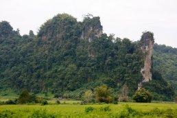 Felsformationen im Tal des Xong auf der Fahrt nach Luang Prabang