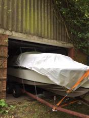 Das Boot wird in die Scheune geschoben...