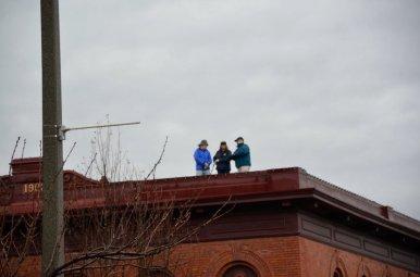 ...wird der Transport von der Crew auf dem Hausdach um die Kurve dirigiert.