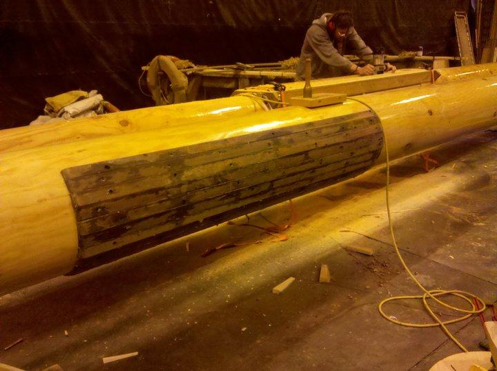 Ein Schamfielschutz aus Hartholz wird im Bereich der Gaffelklau angebracht.