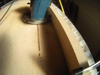 Mit Abstandhalter wird die Oberfräse vorsichtig über das Sperrholz geführt.