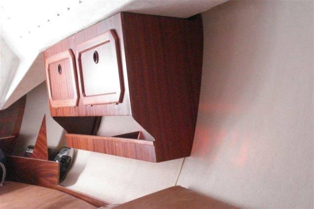 Angeschraubt an angeleimte Leisten machen sich die Schapps sehr gut an der Bordwand.