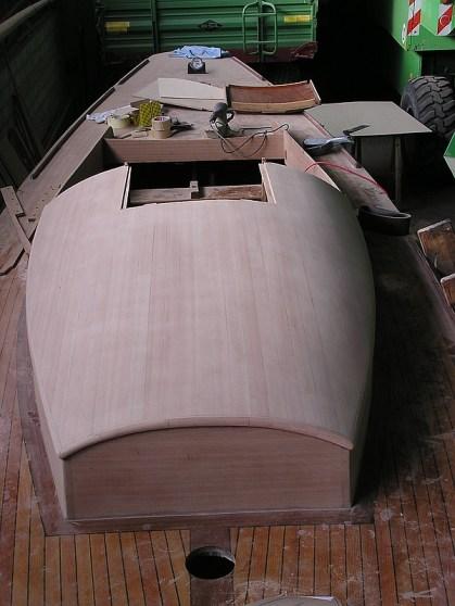 Das Dach wird aus zwei Lagen Sperrholz verleimt...
