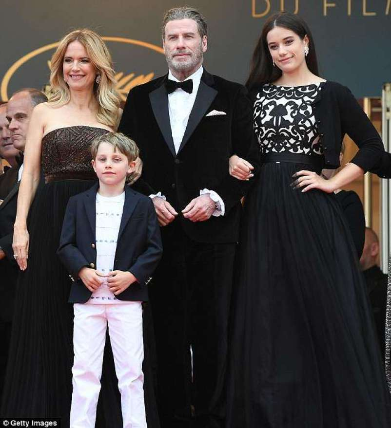 4C488BA900000578-5732527-The_glamorous_couple_stood_alongside_their_daughter_Ella_Bleu_an-a-55_1526411387281 John Travolta bashkë me familjen në Kanë