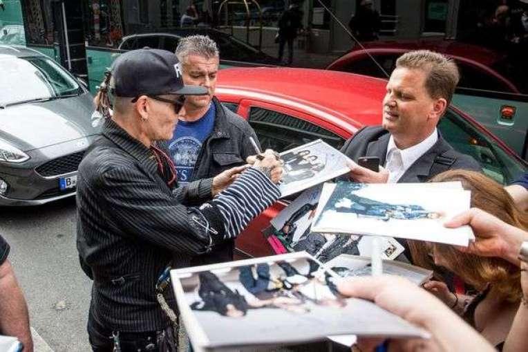 33-1 Shfaqet Johnny Depp, pas shqetësimeve për shëndetin