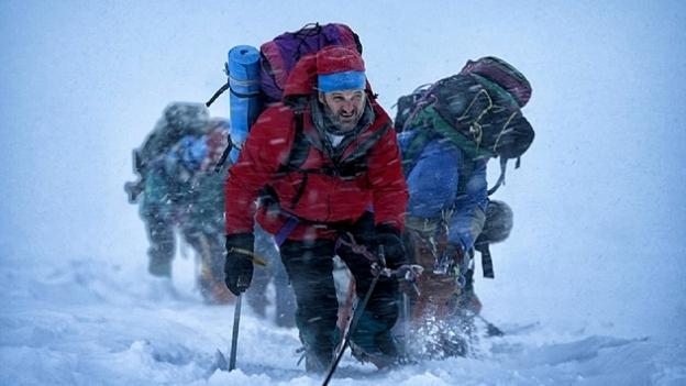 Universal hefur sent frá sér fyrstu ljósmyndina úr myndinni. Hún sýnir Jason Clarke príla Everest.