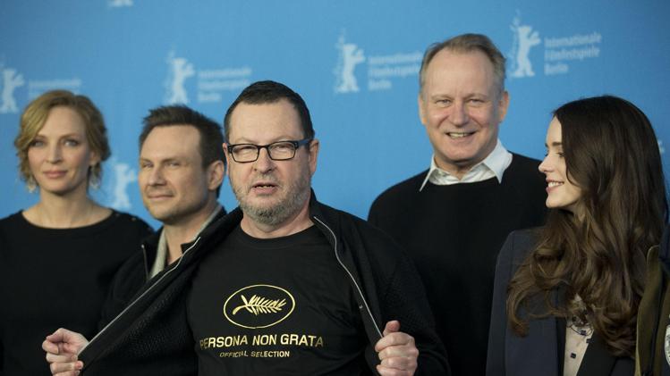 Lars von Trier fremur gjörningalist á blaðamannafundi vegna Nymphomaniac á Berlinale 2014.