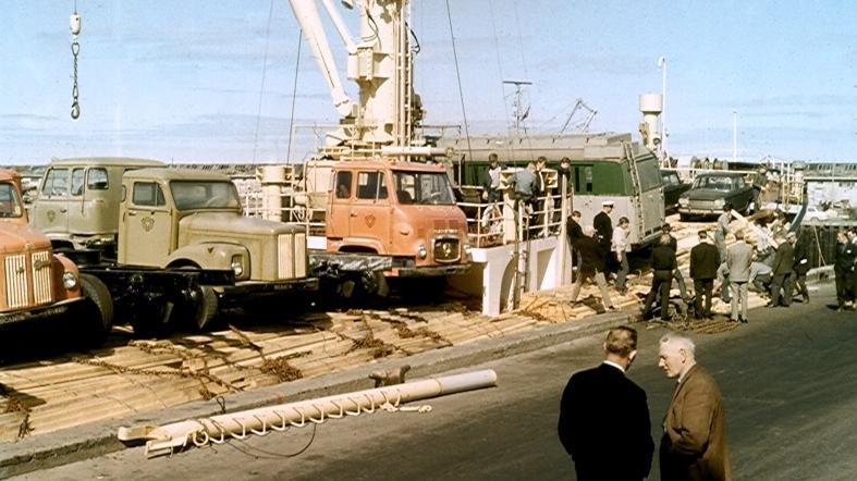 Á ymsu gekk þegar verið var að koma upptökubílnum Thoru á land sumarið 1966.