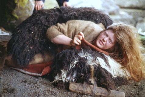 """Frá tökum á """"Jóru í Jórukleif"""", leiknu innslagi í þættinum Þjóðlíf 1981 (?). Skessan Jóra í Jórukleif (nafn leikkonu vantar)."""