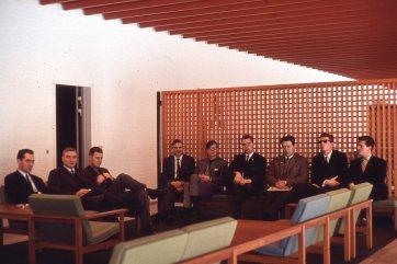 Hópurinn við komuna til DR í desemberbyrjun 1965. Frá vinstri: Sigurliði Guðmundsson, Ingvi Hjörleifsson, Guðmundur Eiríksson, Sigurður Einarsson, Jón Hermannsson, Örn Sveinsson, Úlfar Sveinbjörnsson, Þórarinn Guðnason, Sverrir Kr. Bjarnason.