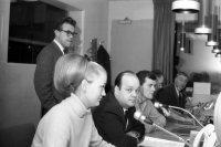 1966-68: Steindór Hjörleifsson dagskrárstjóri – Ingunn Ingólfsdóttir skrifta – Tage Ammendrup upptökustjóri – Sigmundur Arthúrsson mixer, síðar tökumaður- Guðmundur Eiríksson tæknistjóri (TOM) – Ingvi Hjörleifsson ljósameistari í myndstjórninni.
