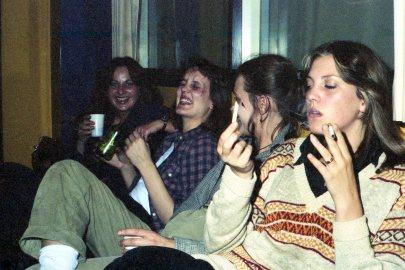 Ragnheiður Harvey förðunarmeistari - Jóna Finnsdóttir skrifta (síðar kvikmyndaframleiðandi) - Guðný Halldórsdóttir - Kolbrún Jarlsdóttir mixer. Lokapartý Silfurtungslins. 1976.