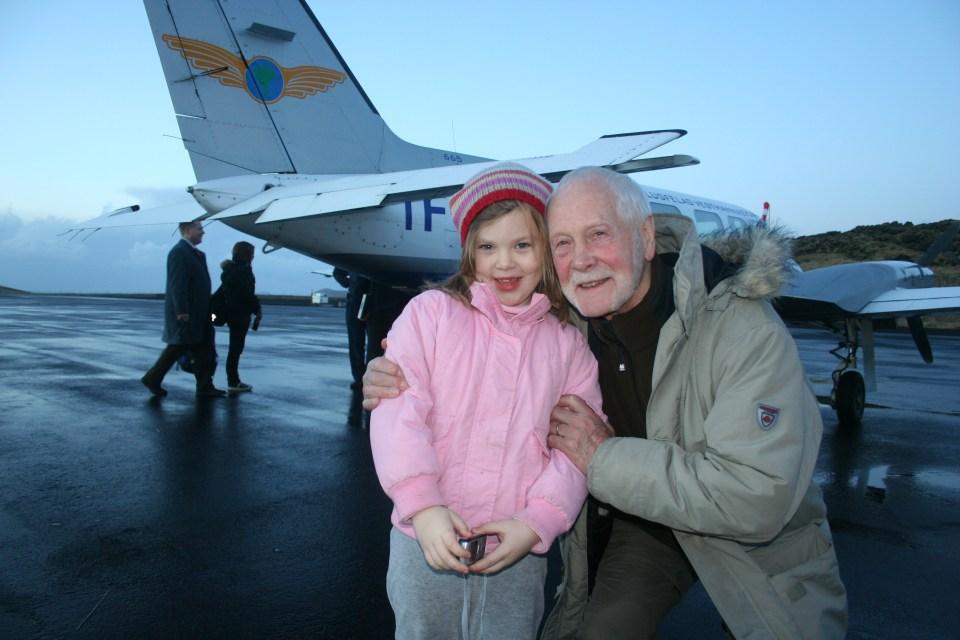 Páll Steingrímsson og Erna Sóley dóttir mín á Vestmannaeyjaflugvelli 30. desember 2006. Hann hafði boðið okkur feðginum til Eyja að skoða kvikmynd sína Ginklofinn. Úr varð heljarinnar Eyjapartí.