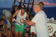 Der Kapitän händigt danach die Taufscheine aus