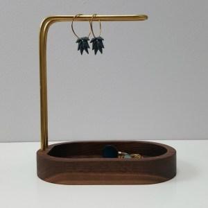 dot aarhus – HANG ON smykkeholder Valnød / Messing