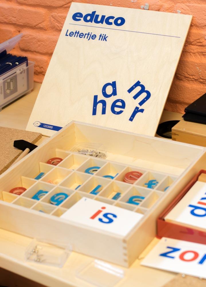 Met Lettertje Tik kan het kind aan de motoriek en letterkennis werken. Op een speelse manier komt het in contact met de letters en kan het woordjes maken.