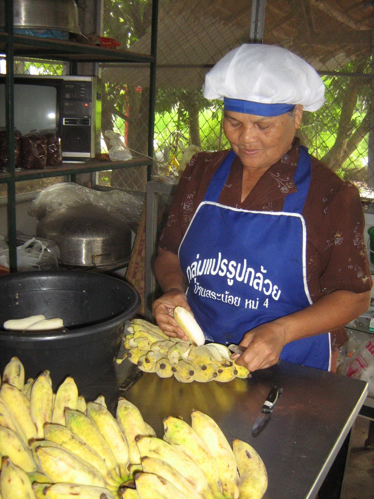 ปลอกกล้วยกันก่อนนะ