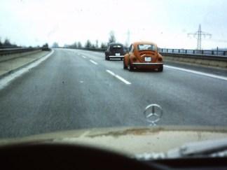 Windschattenfahren ... der Sicherheitsabstand ist hier vom hinterherfahrenden Käfer(fahrer) wohl etwas knapp bemessen. Der Mercedes, aus dem das Foto entstanden ist, ist ein damals aktueller 450 SEL vom Typ W116 mit 225 PS.