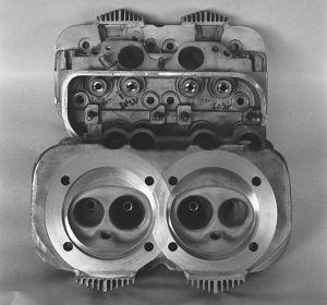 Zylinderkopf für 2,4l Motor mit speziellen Kühlrippen über den Zündkerzen