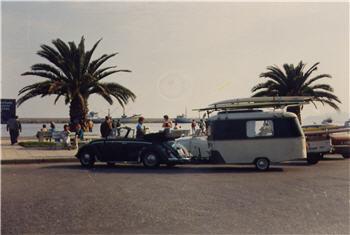 2) Abgeschleppt: Käfer Cabrio mit Puck Wohnanhänger irgendwo in der Türkei. (Bild mit freundlicher Genehmigung des Besitzers, es ist übrigens auch hier zu finden: http://www.wb42.de/puck/%20Gespann-Bilder/%20gespann-bilder.html)