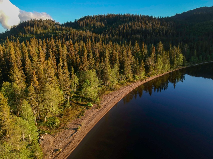 One of the most idyllic campsites on the shore of a lake close to the village of Øyfjell.