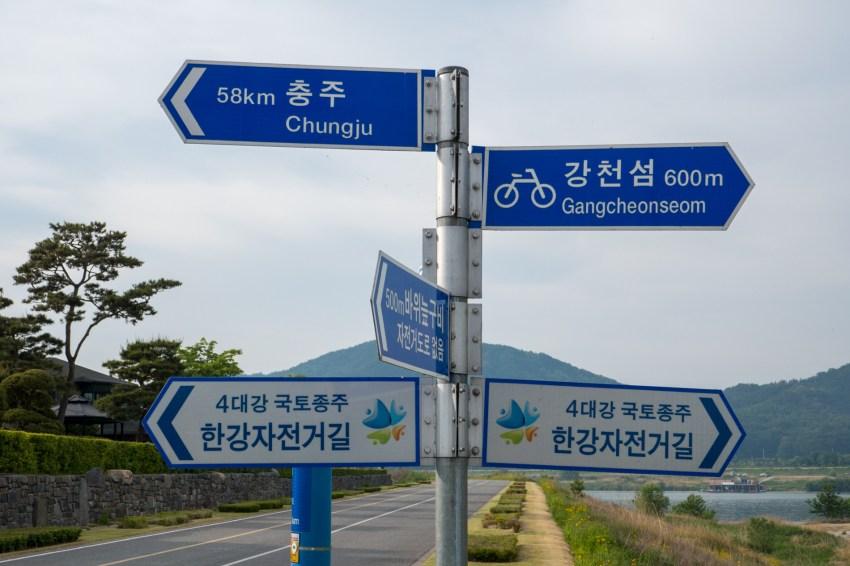 Signposts along the 4 Rivers bike path