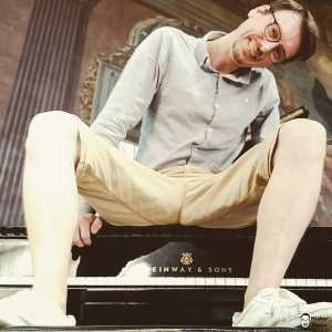 Mister Piano sitzt auf einem Steinway and Sons Flügel