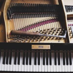 Stimmgabel und Stimmhammer im Flügel Klavierstimmer