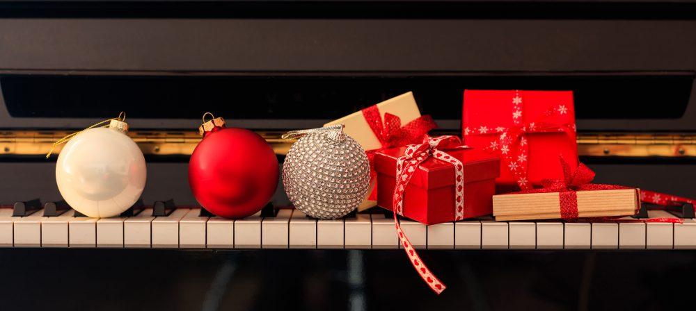 Geschenke auf Klavier Tastatur Weihnachten