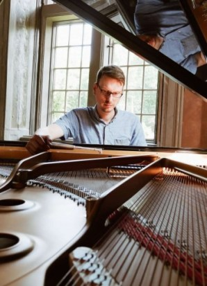 Klavierstimmer stimmt Konzertflügel