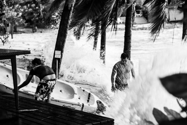 Hela morgonen höll de koll på sina båtar så att de inte skulle dras ut till sjöss