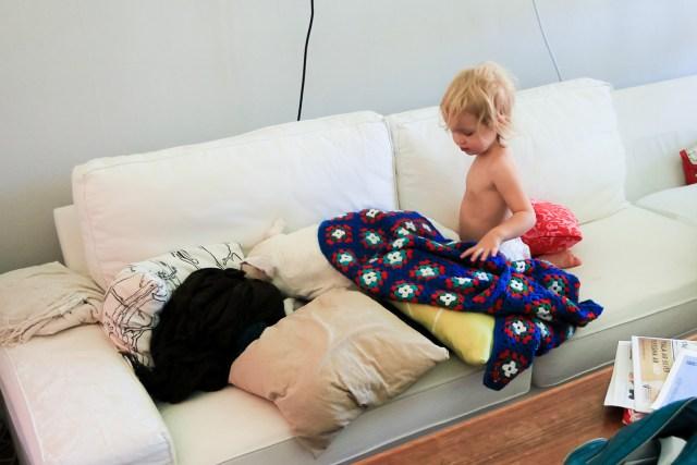 Kärlek och gos i soffan