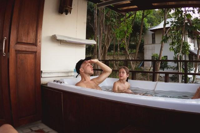 När dagen var över vid poolkanten var det bara att traska hem och lägga sig i badkaret med den vackraste utsikt världen kan tänka sig