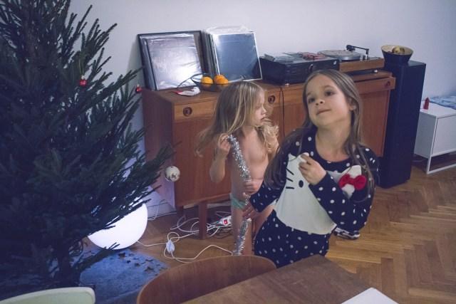 Smyg pyntar julgranen