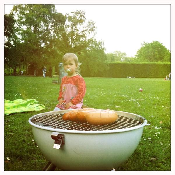 En grill i parken en blåsig kväll, men det blev bra och korven satt fint